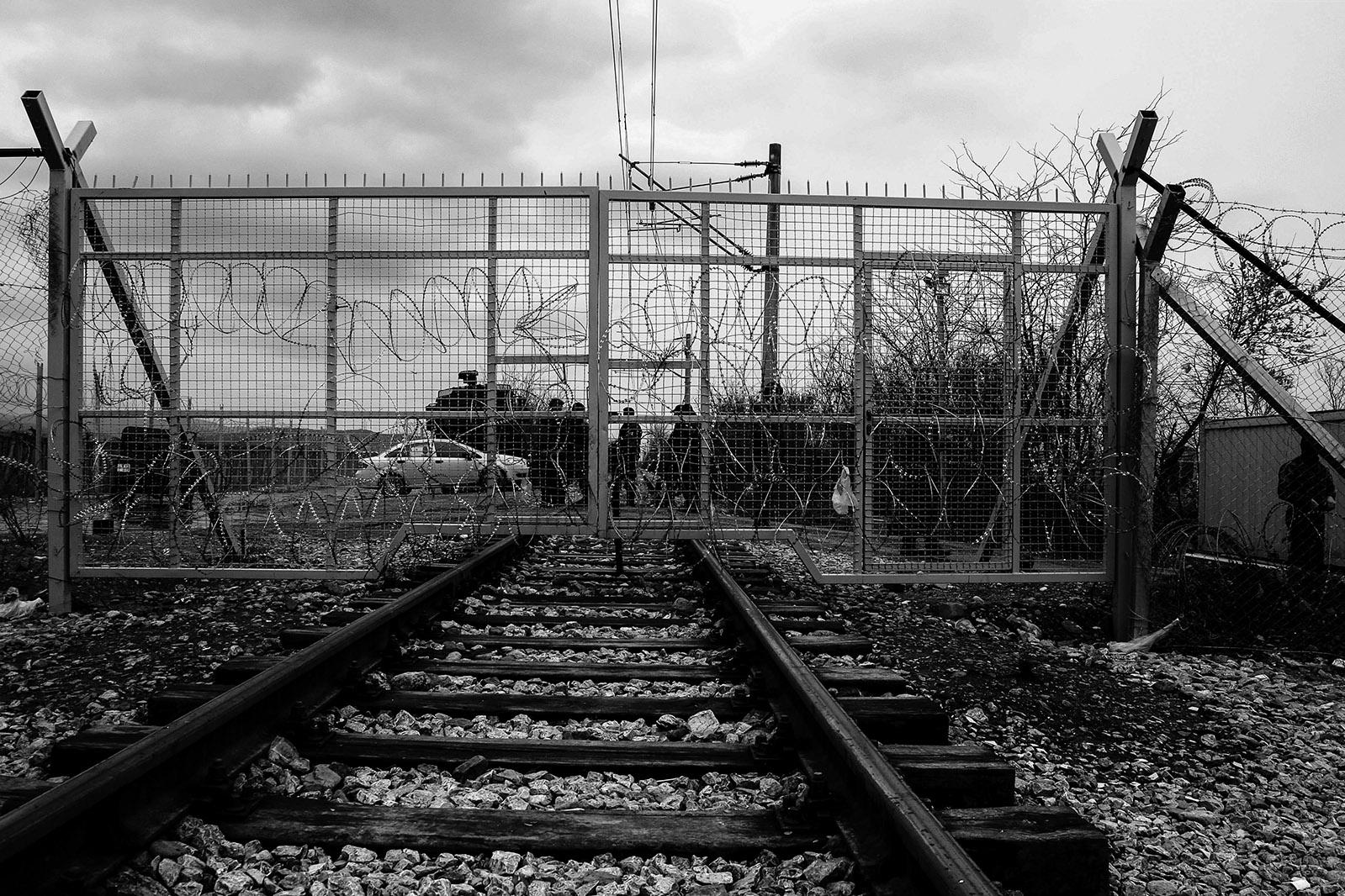 doppia-recinzione-con-filo-spinato-al-confine-greco-macedone-idomeni-grecia-2-2