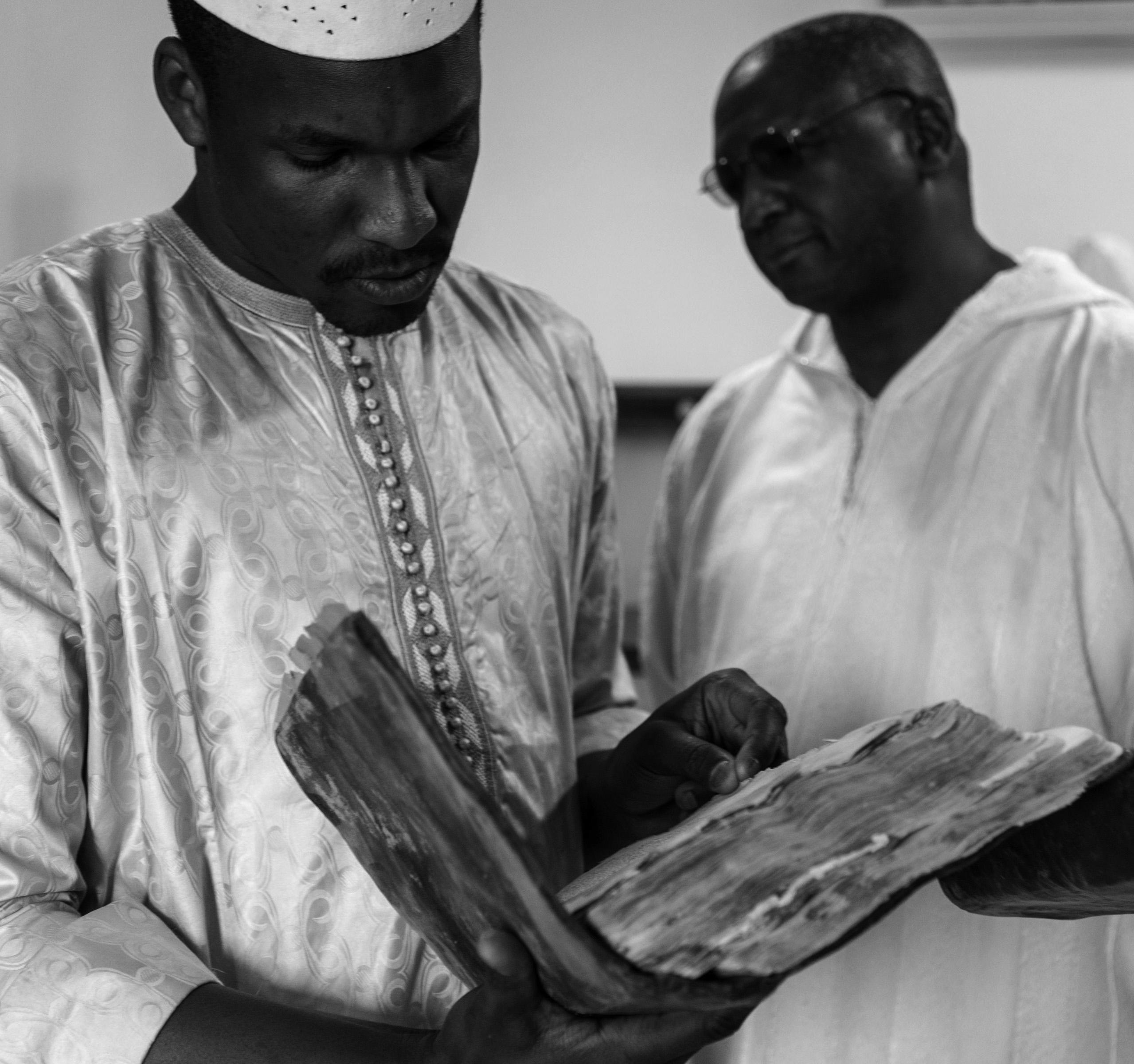 Mali, Timbuctù, operazioni di digitalizzazione presso la biblioteca Essayouti, degli imam della moschea di Djingareyber
